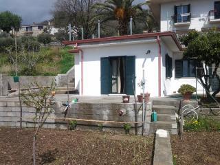 casa vacanza indipendente giardino  ampio terrazzo - Paola vacation rentals
