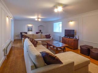 EAST FARM HOUSE, Grade II listed farmhouse, woodburner, en-suite, enclosed garden, in Humshaugh, Ref 912927 - Humshaugh vacation rentals