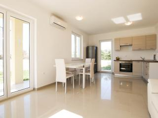 Apartment 4+2, sea view, 500m from the beach - Liznjan vacation rentals