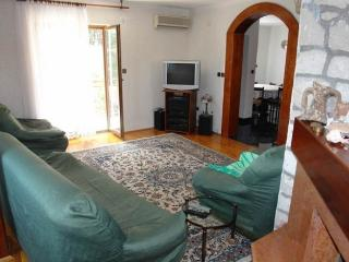 Nice Condo with Internet Access and Dishwasher - Betina vacation rentals