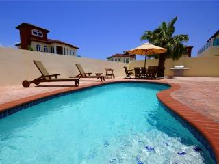Luxurious 8p. Villa & Pool 500 yards from the Beac - Noord vacation rentals