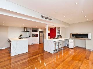 6 bdrm -Huge Light Bright 2 Level Entertainer Home - Perth vacation rentals