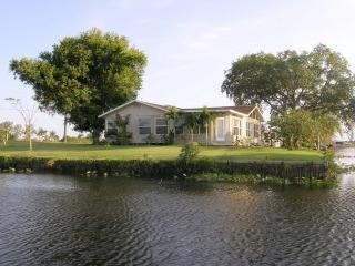 Moorhaven.  Lake and Riverfront Fishing Paradise , Sleeps 8 - Moore Haven vacation rentals