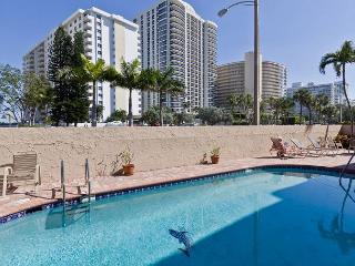 Darling 2/2 for 6 Guests 2 mins to Beach w Heated Pool, Parking, WIFI incl - Hollywood vacation rentals