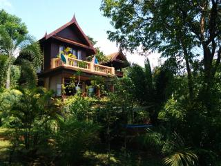 3 double bed Thai Villa, sleeps 8, A/C, garden, BBQ, TV, Wifi, pool, kitchen - Koh Mak vacation rentals