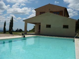 Villa con grande piscina in posizione panoramica. - Riparbella vacation rentals
