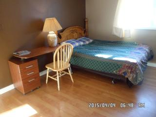 Comfortable quuen + twin  room in the city centre - Yellowknife vacation rentals