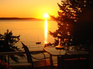 Cozy 2 bedroom Condo in Camano Island with Deck - Camano Island vacation rentals