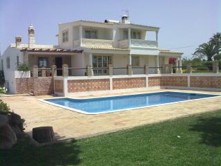 Great 4 Bedroom villa, swiming pool, internet, big garden, lots of privacy - Guia vacation rentals
