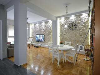 Impressive 2 bedroom apartment in Plaka,Athens - Athens vacation rentals