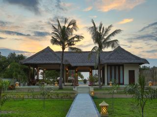 Comfortable 8 bedroom Villa in Gili Trawangan with Internet Access - Gili Trawangan vacation rentals