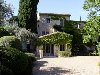 Lovely House with Shared Outdoor Pool and Satellite Or Cable TV - Les Baux de Provence vacation rentals