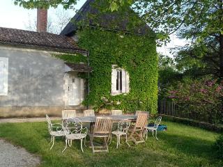 Superbe maison ancienne restaurée avec piscine - Sarliac-sur-l'Isle vacation rentals