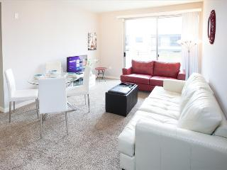 Santa Monica: 2 Bedroom 2 Bath with Living Room and  Kitchen - Santa Monica vacation rentals