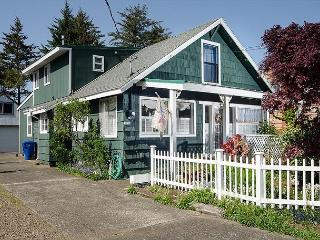 Charming Home and Large Garden Right On Siletz Bay - Lincoln City vacation rentals