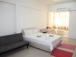 Bangkok Stylish Studio, 5 mins from BTS Udomsuk - Bangkok vacation rentals