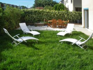 Modern villa in Montpellier with spacious terrace and fenced garden, 15mins from golf & beach - Languedoc-Roussillon vacation rentals