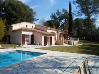 """Villa Wanda"" – spacious villa in Provence w/ garden & private pool, sleeps 10 – 20min from Cannes! - Roquefort les Pins vacation rentals"