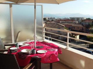 Antibes 1.5 km, secure 2nd floor, sea views, pool, free parking and internet. - Antibes vacation rentals