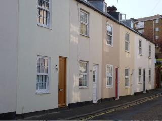 Central Cowes cottage. Great location. Sleeps 4+2. - Cowes vacation rentals