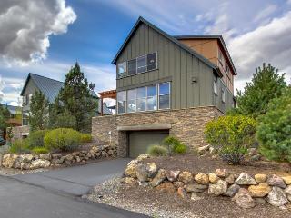 On Cline Butte with panoramic views and shared swimming pool - Redmond vacation rentals