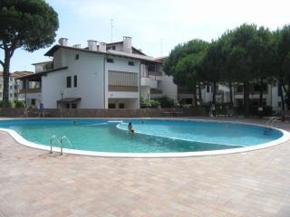 Bilocale al primo piano con terrazza e piscina - Lido di Spina vacation rentals