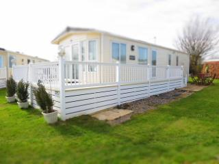 Cherry Tree 70803 - Stunning caravan with decking. - Great Yarmouth vacation rentals
