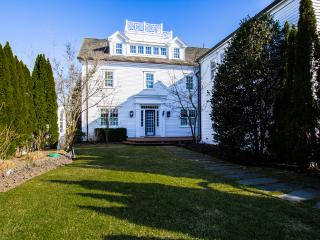 VERDM - STUNNING VILLAGE ESTATE IN CLASSIC EDGARTOWN STYLE, LUXURY HOME WITH SPACIOUS LIVING AREAS/BEDROOMS, AND GUEST QUARTERS WITH KITCHENETTE AND FAMILY ROOM, LOVELY MANICURED AND PRIVATE YARD, CENTRAL A/C - Chappaquiddick vacation rentals