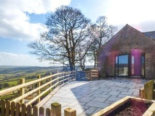 THE BARN, pet-friendly conversion, superb views, en-suites, garden, Elkstones near Leek Ref 19462 - Warslow vacation rentals
