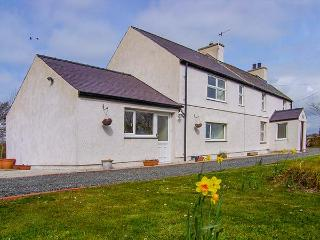 TYN Y PARC, pet-friendly cottage with ample living accommodation, large gardens, close beaches and nature, Newborough Ref 24860 - Dwyran vacation rentals