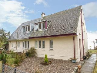ERRA LOCH, semi-detached, pet-friendly, rear garden down to lochside, near Benderloch, Ref 25878 - Benderloch vacation rentals