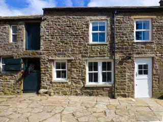 SHEPHERD'S LODGE, stone farmhouse, biomass underfloor heating, multi-fuel stove, super king-size beds, WiFi, near Reeth, Ref 27704 - Reeth vacation rentals