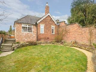 ORCHARD COTTAGE, woodburner, WiFi, hot tub, enclosed garden, in Calwich, Ref 6093 - Ellastone vacation rentals