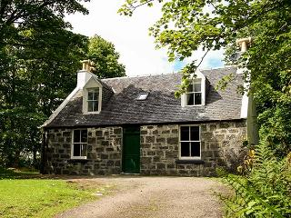 GARDENS COTTAGE, detached, in the grounds of Dunvegan Castle, beside the loch, near Dunvegan, Ref 915417 - Dunvegan vacation rentals