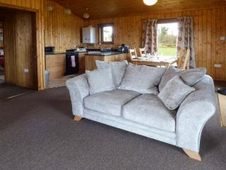 HERON VIEW LODGE, detached lodge, fishing on-site, enclosed garden, WiFi, near Shepton Mallet, Ref 915080 - Shepton Mallet vacation rentals