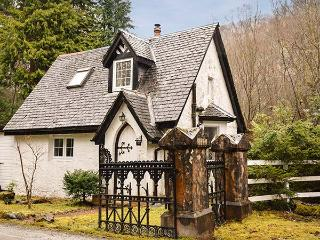 WEST LODGE, detached, woodburning stove, off road parking, garden with treehouse, near Spean Bridge, Ref 915754 - Spean Bridge vacation rentals