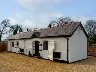 THE OLD PIGGERY, single-storey, woodburner, WiFi, romantic retreat cottage, near Denbigh, Ref 917585 - Trefnant vacation rentals