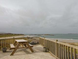GLASSILLAUN BEACH HOUSE, bedrooms all en-suite, multi-fuel stove, garden, near Tully, Ref 918002 - Carna vacation rentals