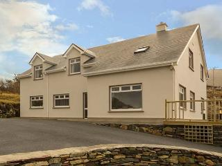 GLASSILLAUN BEACH HOUSE, bedrooms all en-suite, multi-fuel stove, garden, near Tully, Ref 918002 - Tully vacation rentals