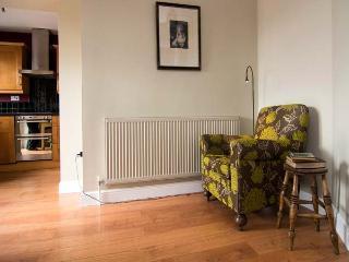 WOODSIDE VIEW, family cottage, en-suite, WiFi, walks from door, countryside views, in Longnor, Ref 920256 - Longnor vacation rentals