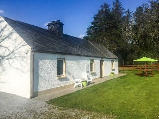 RED DOOR COTTAGE, traditional, single-storey, open fire, lawned garden, near Boolteens, Ref 920981 - Boolteens vacation rentals