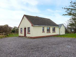 LOUGH CURRANE COTTAGE, single-storey, solid fuel stove, ample parking, on Ring of Kerry, near Waterville, Ref 922137 - Waterville vacation rentals