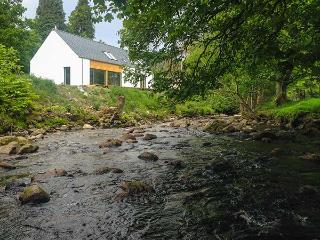 KEEPER'S COTTAGE, detached, 2 en-suite showers, woodburner, near Kinloch Rannoch, Ref 922218 - Kinloch Rannoch vacation rentals