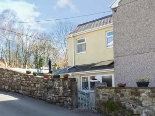 CWMTWRCH COTTAGE family-friendly, woodburner, near Brecon Beacons in Cwmtwrch Ref 922290 - Cwm-twrch Uchaf vacation rentals