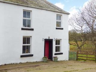 HOLLINS COTTAGE, woodburner, WiFi, FreeSat TV, pet-friendly, on working farm near Ennerdale Bridge, Ref. 922517 - Ennerdale Bridge vacation rentals