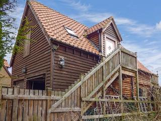 THE HAYLOFT, all first floor, open plan studio accommodation, parking, in King's Lynn, Ref 922572 - Spalding vacation rentals