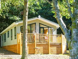SUNNY CORNER LODGE, all ground floor, en-suite, pets welcome, on holiday park with indoor heated swimming pool, near Troutbeck Bridge, Ref 922832 - Troutbeck Bridge vacation rentals