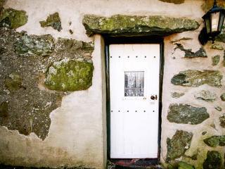 HENDY COTTAGE, 17th century detached, pet-friendly, woodburner, WiFi, near Pwllheli, Ref 923445 - Llanarmon DC vacation rentals