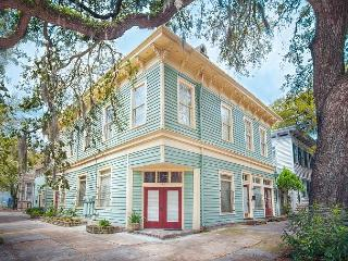 Six bedrooms, 4 baths, 2 kitchens and 2 living rooms: Best Value in Savannah - Savannah vacation rentals