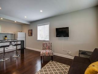 1BR Newly-renovated Studio in 8th Ave South w/Pool, Roku Box Only - Brentwood vacation rentals